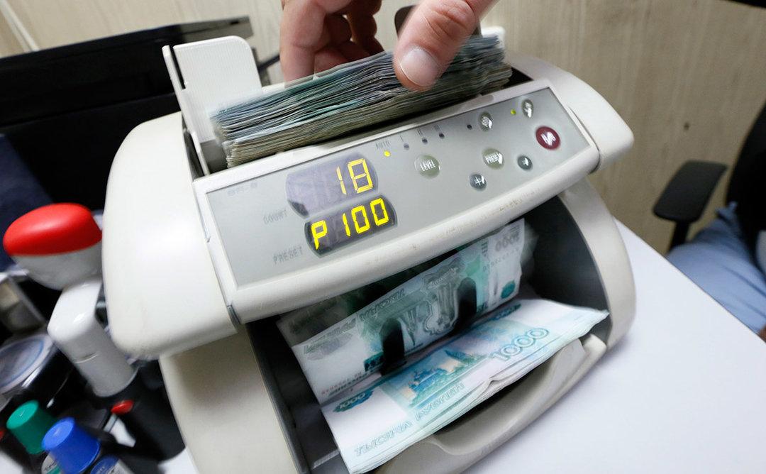 Последствия санкций: российский рубль продолжает дешеветь