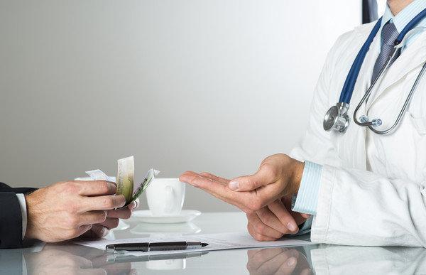 """Что делать, если в больнице просят """"благотворительный взнос"""" — советы Минздрава"""
