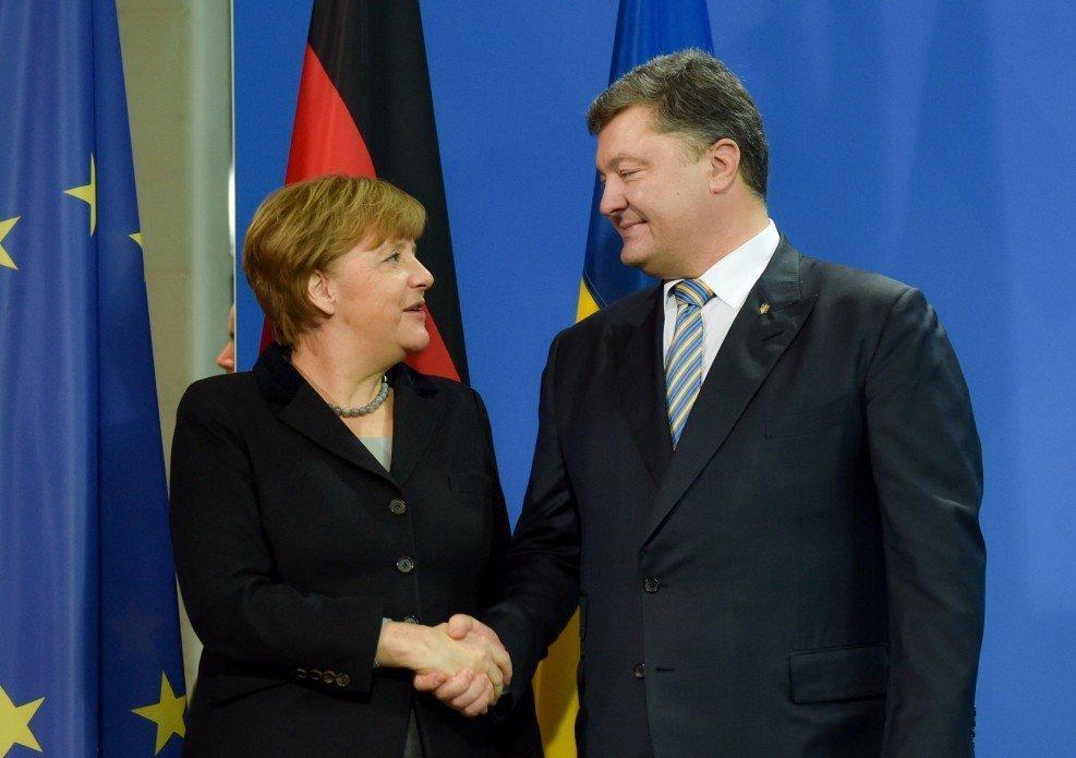 Порошенко обсудил с Меркель вопрос освобождения Сенцова