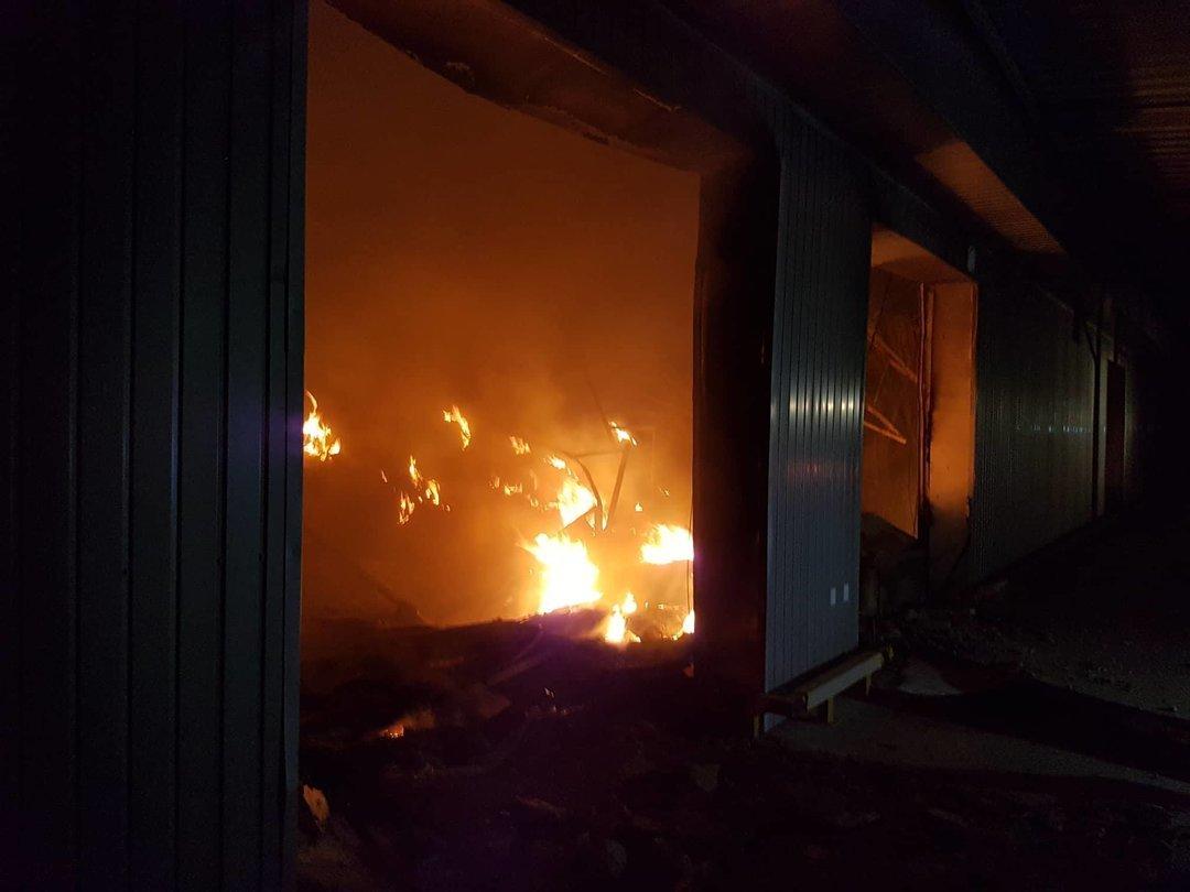 """В Мукачево сгорел склад """"Новой почты"""", а в Хмельницком горели киоски на рынке"""