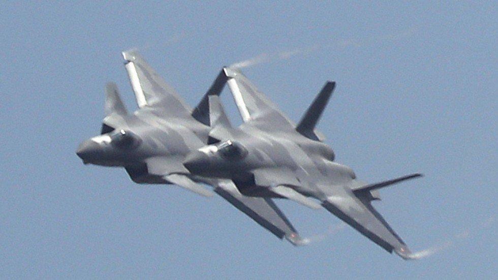 В Китае показали истребители пятого поколения J-20