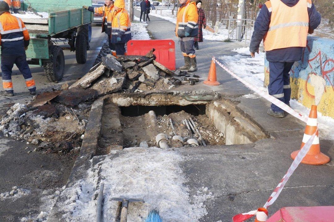 """В районе метро """"Дарница"""" провалилась часть моста"""