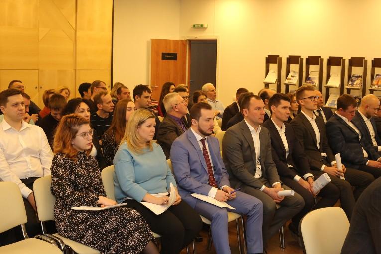Аудитория собрания, посвященного отчету коммерческой службы компании «Изолятор»