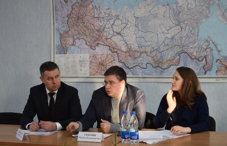 Обсуждение взаимодействия предприятий-партнеров на Камышловском заводе «Урализолятор», слева — Дмитрий Аббакумов
