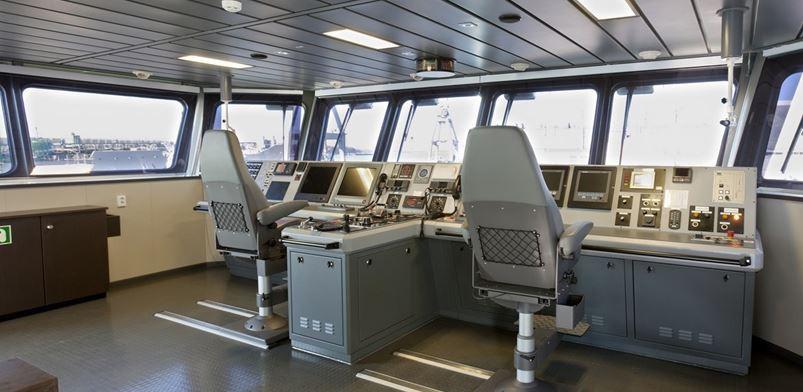 Пример использования ЖК-панелей на капитанском мостике судна