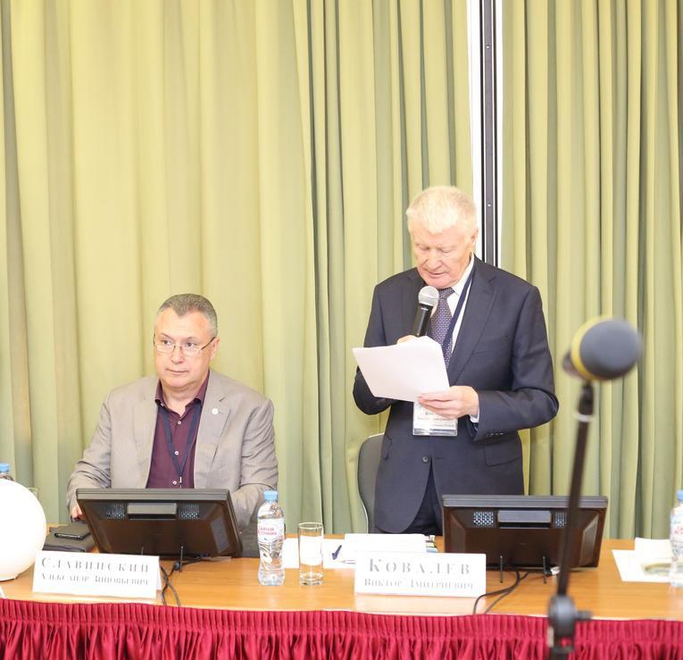 Александр Славинский (слева) и президент Международной ассоциации ТРАВЭК Виктор Ковалев в президиуме XXIX конференции