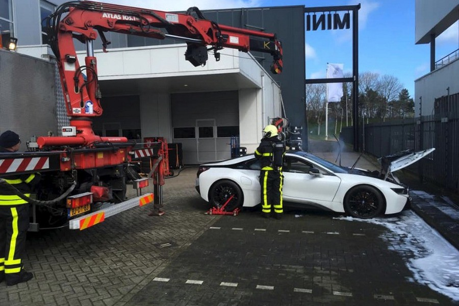 Автомобиль удалось потушить только поместив его в резервуар с водой