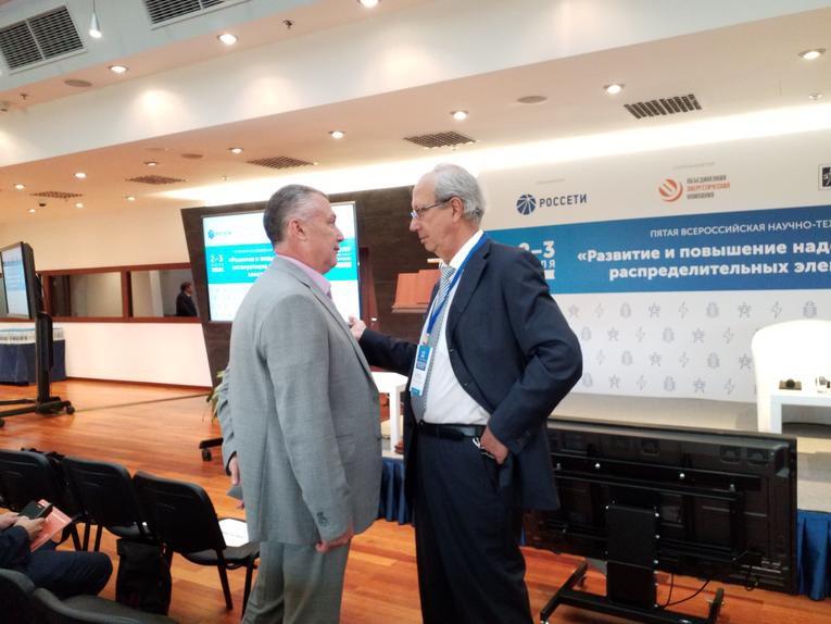 Александр Славинский (слева) на V Всероссийской научно-технической конференции «Развитие и повышение надежности эксплуатации распределительных электрических сетей»