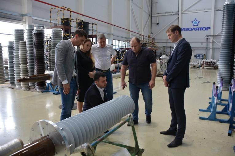 Представители руководства завода «Тольяттинский Трансформатор» в сборочном цехе компании «Изолятор»