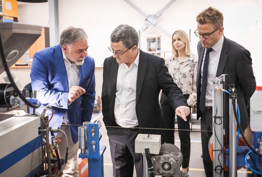 Генеральный директор ГК «ССТ» Михаил Струпинский показал швейцарским гостям высокотехнологичное производство