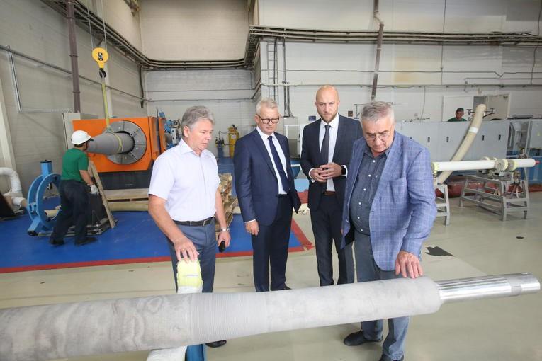 Представители Ленинградской АЭС-2 знакомятся в компании «Изолятор» с технологией производства твердой внутренней изоляции высоковольтных вводов